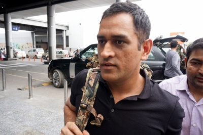 Dhoni's hairstylist turns bodyguard ahead of ad shoot