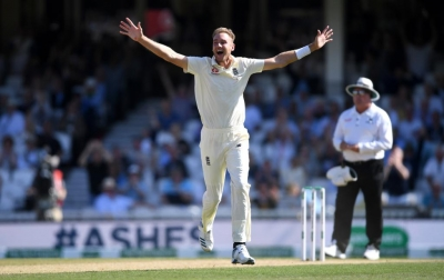 Ashes: Australia lose three as England edge closer to victory