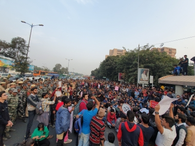 Ring Road jammed after lathi-charge on JNU students (Lead)