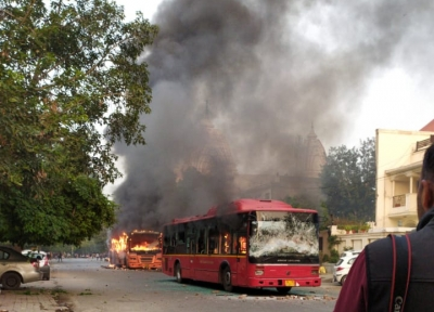 CAA violence claims 4 buses in heart of Delhi, 2 injured (Lead)