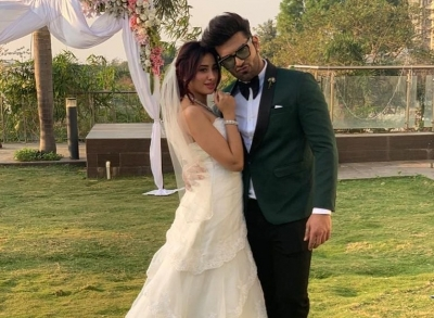 Paras, Mahira get fans excited with bridal photo-op