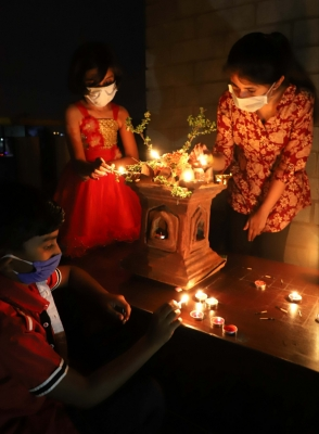 Candles, diyas flicker as lights go off in Karnataka (Lead)