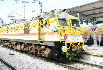 Andhra's third Kisan Rail chugs off for Delhi with fruits