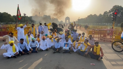 Punjab Youth Cong workers set tractor ablaze near India Gate, 5 detained (Ld)