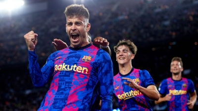 Pique turns striker to keep Barca's Champions League hopes alive