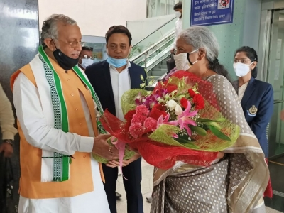 Finance Minister reached lucknow to attend GST Council meeting, Suresh Khanna welcomed.